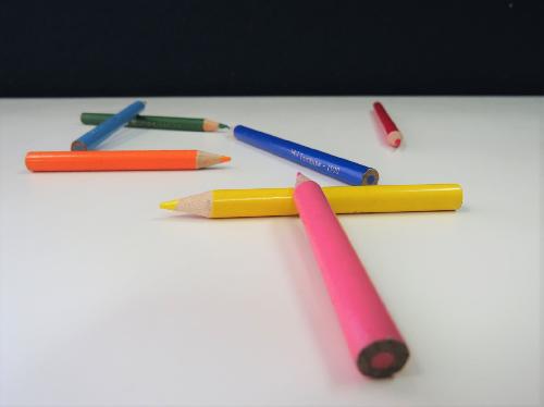 写真;数本の色鉛筆が転がっている